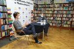 """""""W poszukiwaniu niezadeptanych miejsc"""" - spotkanie online z Adamem Robińskim w międzyzdrojskiej bibliotece"""
